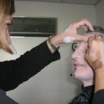 Schritt 4 - mit schwarzem Liedschatten Augenbrauen, Ziegenbaertchen u.a. nachziehen