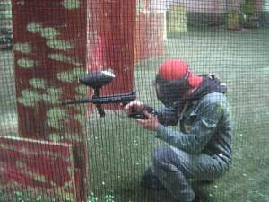 Paintballer in Action, mit Pistole und Schutzmaske.