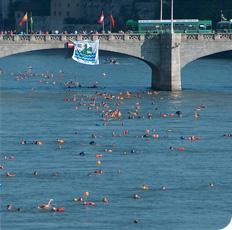 Rheinschwimmen Basel mit gegen 2'000 Teilnehmern.