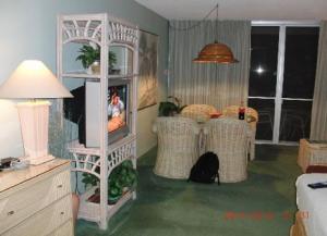 Blick in das Wohnzimmer mit TV, Klima, Esstisch uvm.